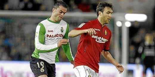 Pablo Cáceres se intenta zafar de Torrejón durante su etapa en el Mallorca