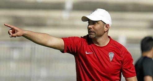 Juan Eduardo Esnáider dirige un entrenamiento del Córdoba.
