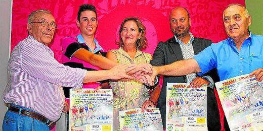 La delegada de deportes junto con otros representantes en la presentación de la VIII Edición de la Vuelta a la Provincia