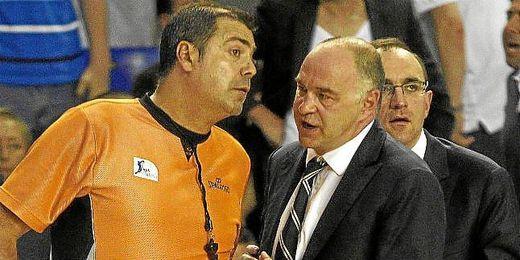 Pablo Laso discute con un árbitro en la pasada final de ACB