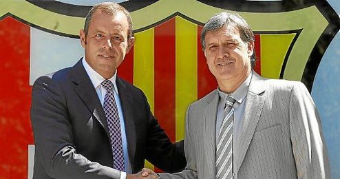 Sandro Rosell, presidente del Barcelona, junto al nuevo entrenador azulgrana Gerardo ´Tata´ Martino.