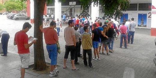 Aficionados esperando su turno para sacar su abono de temporada en el Pizjuán.