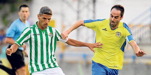 El ribereño Jorge Bayón presiona al bético Salva Sevilla en el 2-2 de la semana pasada entre Coria y Betis en el Guadalquivir.