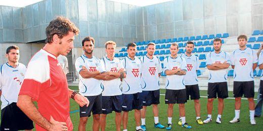 Jesús Galván, nuevo entrenador del Alcalá, se dirige a su plantilla durante un entrenamiento de pretemporada.