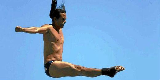 Orlando Duque domina la competición de saltos a gran altura.