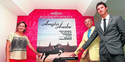La delegada de Deportes, María del Mar Sánchez Estrella, presenta el cartel de la Gran Semana Anglo-Árabe, junto a Antonio Campos Peña, presidente de la AECCAá, y el jinete Esteban Benítez.