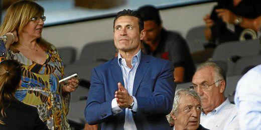 Amadeo Salvo, presidente che, en el palco de Mestalla momentos antes de comienzo del Valencia-Milan.