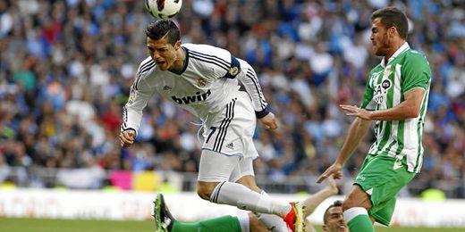 Cristiano Ronaldo, Chica y Amaya en un lance durante el R.Madrid - Betis de la pasada temporada.