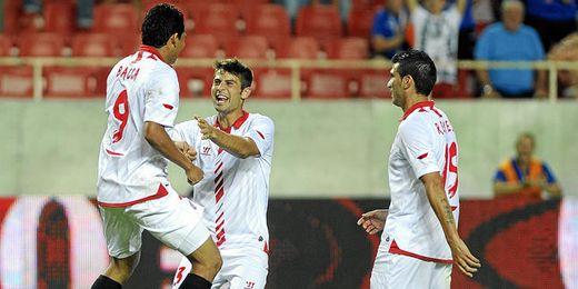 Los jugadores del Sevilla celebran el tanto de Bacca en el 17´.