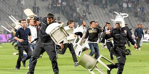 Los hinchas saltaron al campo en el encuentro entre Besiktas y el Galatasaray que tuvo que ser suspendido.