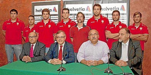 Representantes del club y de la empresa aseguradora
