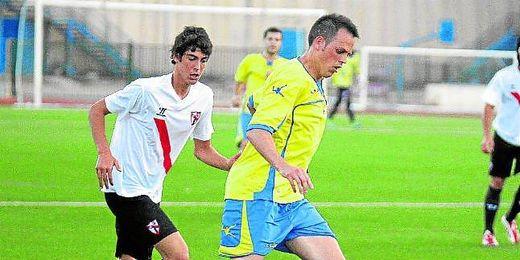 Jaime Otón es presionado por Carlos Fernández durante un amistoso.
