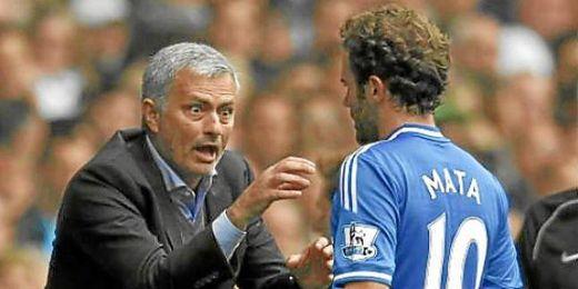 Mourinho dando órdenes al centrocampista Juan Mata