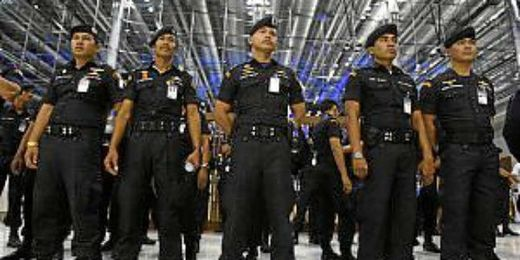 La policía de Bangkok en el aeorpuerto.