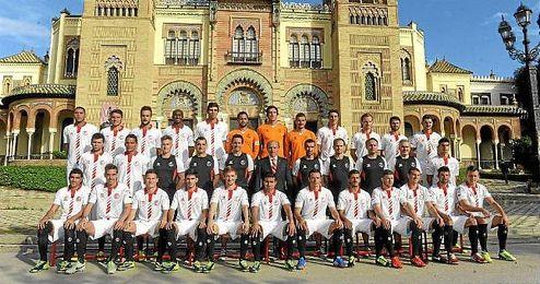 La plantilla del Sevilla ha posado esta mañana para la foto oficial de la temporada 13/14.