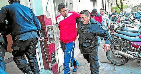 La Policía se lleva detenido a uno de los 37 ´barras bravas´ de Independiente.