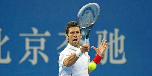Djokovic golpea una derecha en su partido ante Gasquet.