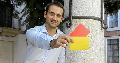 Aleksander Jovanovic posa para ESTADIO con parte de sus ´herramientas´ arbitrales: las tarjetas.