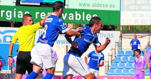 Juanfri, con sus dos goles, propició el primer triunfo del Écija en la presente temporada; la afición vibró por ello.