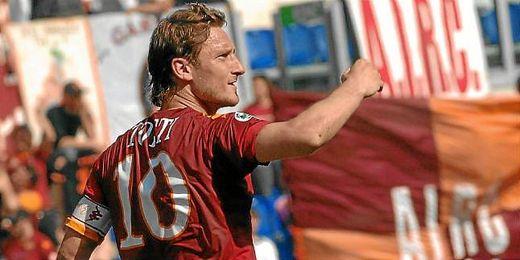 Francesco Totti celebrando un gol con el Roma.
