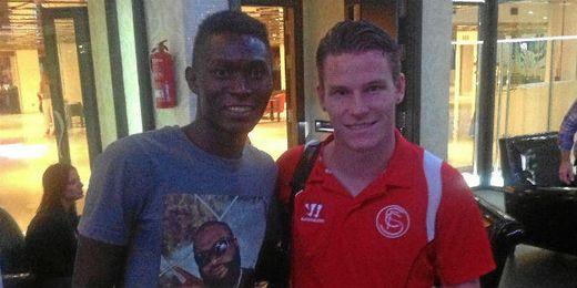 El mediapunta guineano Moussa Keita posa junto a Kevin Gameiro.