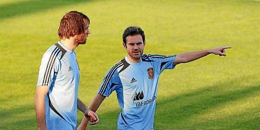 Michu junto a su paisano Juan Mata durante los entrenamientos.