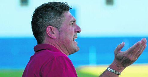 Alonso Ramírez, entrenador del Mairena, pide explicaciones durante el desarrollo de un encuentro amistoso.