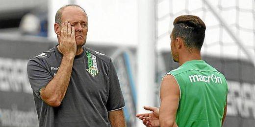 Pepe Mel conversa con Rubén Castro durante un entrenamiento.
