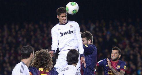 Varane vuela por encima de todos en el Camp Nou.