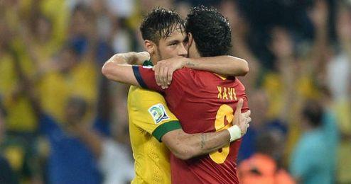 Xavi y Neymar se abrazan en la pasada Copa Confederaciones celebrada el verano pasado en Brasil.