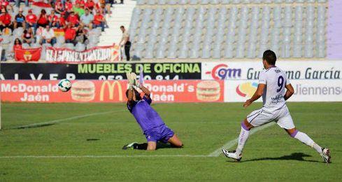El jugador jiennense Jona resuelve un mano a mano con el portero.