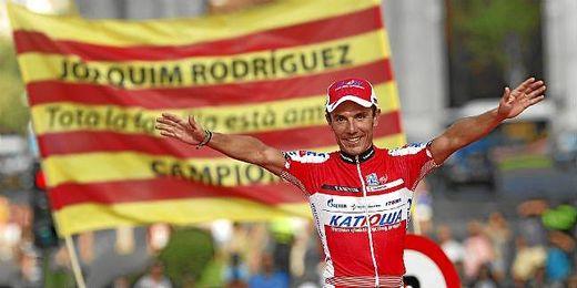Purito Rodríguez celebra en el podio el tercer puesto en la vuelta a España 2012.