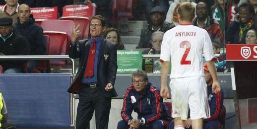 Capello dirigiendo a la Selección rusa durante un partido.