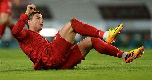 Cristiano Ronaldo tendido sobre el césped durante un partido con su selección.