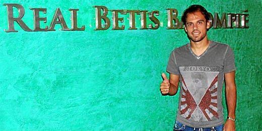 Javier Matilla, feliz tras ampliar su vinculación con el Betis por tres años más.