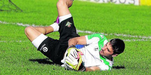Guillermo Sara, que detiene un balón durante un entrenamiento reciente, está cedido por el Atlético Rafaela.