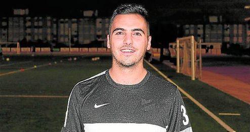 Manuel Dueñas Ruíz ´Moyita´ posa momentos antes de entrenar con su nuevo equipo, el Osuna.