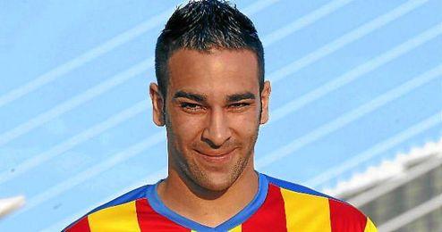 El futbolista francés Adil Rami posa con la camiseta del que sigue siendo su club, el Valencia CF.