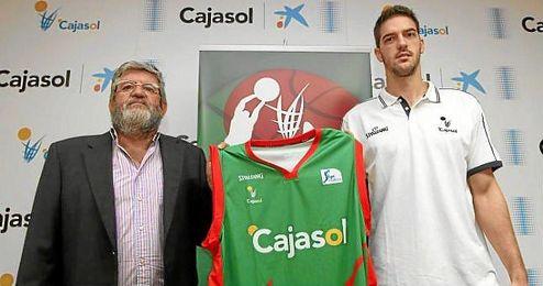 Mata junto al director general del Club Baloncesto Sevilla, Leo Chaves, en su fichaje por el Cajasol.