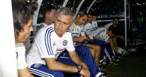 El portugués José Mourinho en el banquillo del Chelsea.
