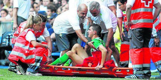 El puertorrealeño cae lesionado en el Bernabéu tras un encontronazo con Sergio Ramos.