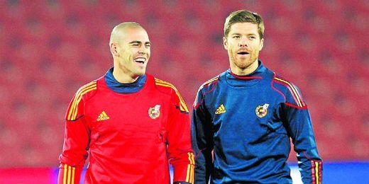 Dos internacionales de la talla de Víctor Valdés y Xabi Alonso quedarían libres en junio.