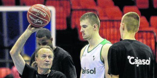 Aíto García Reneses da instrucciones a sus jugadores durante un entrenamiento de esta semana.