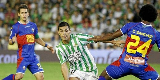 Lolo Reyes se marcha del colombiano Carlos Sánchez.