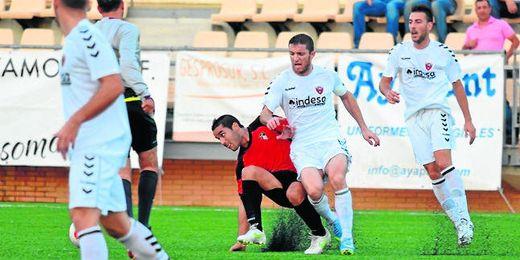El veterano jugador del Cabecense Humberto presiona a un rival del Ayamonte en un lance del choque de ayer.