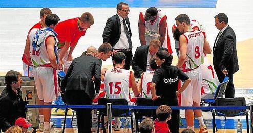 Joan Sastre, en el centro de la imagen, recibe junto a sus compañeros instrucciones de su técnico.