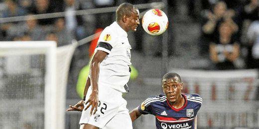 Moussa Maazou intenta cabecear un balón en el partido ante el Lyon.