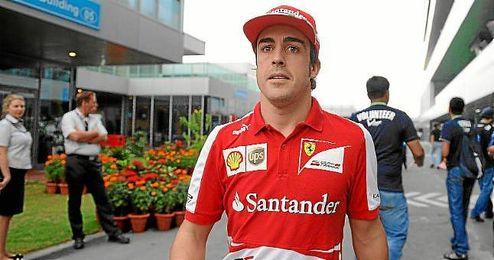 Fernando Alonso camina por el paddock de G.P. de la India.
