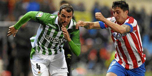 Amaya y Cebolla Rodríguez pugnan por un balon en el último Atlético-Betis.