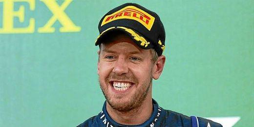 Vettel celebra la victoria en el circuito de Suzuka, Japón.